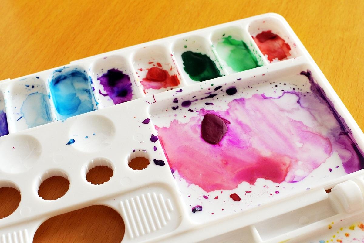 絵の具で汚れた絵の具パレットの画像
