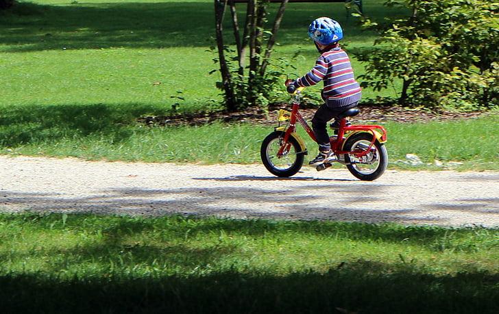 自転車に乗る子供の写真