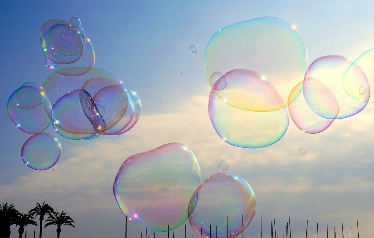 空中を舞うたくさんのシャボン玉の写真