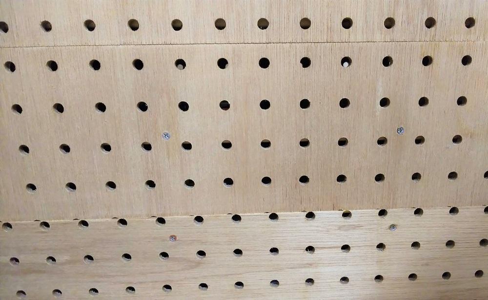 有孔ボードを複数枚組み合わせて貼り付けている写真