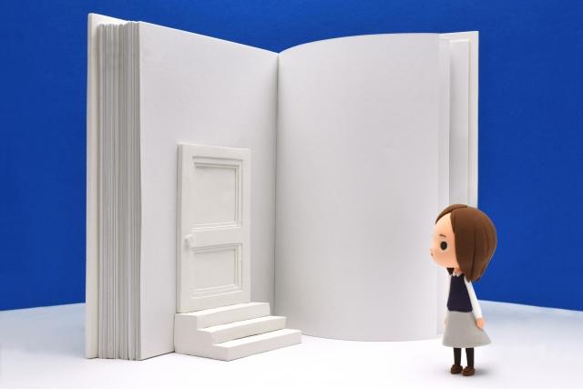 本と女の子の画像 本にはドアが付いている