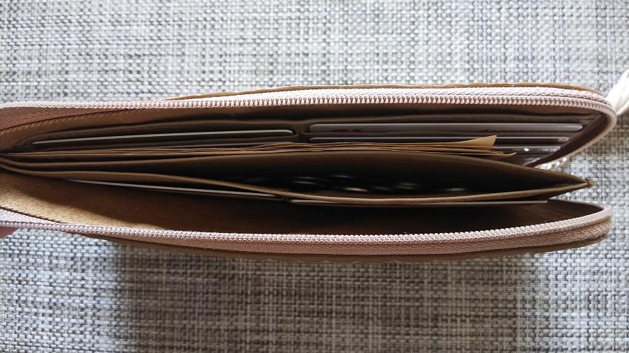 アタオ リモルアン 財布 開封時 上部から撮影した写真
