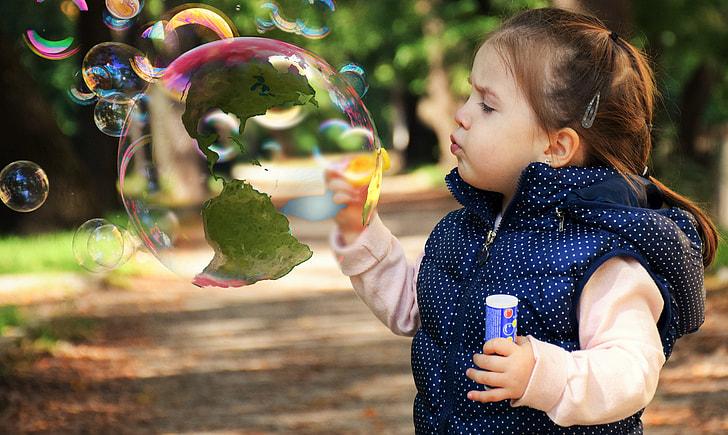 シャボン玉を吹く女の子の写真