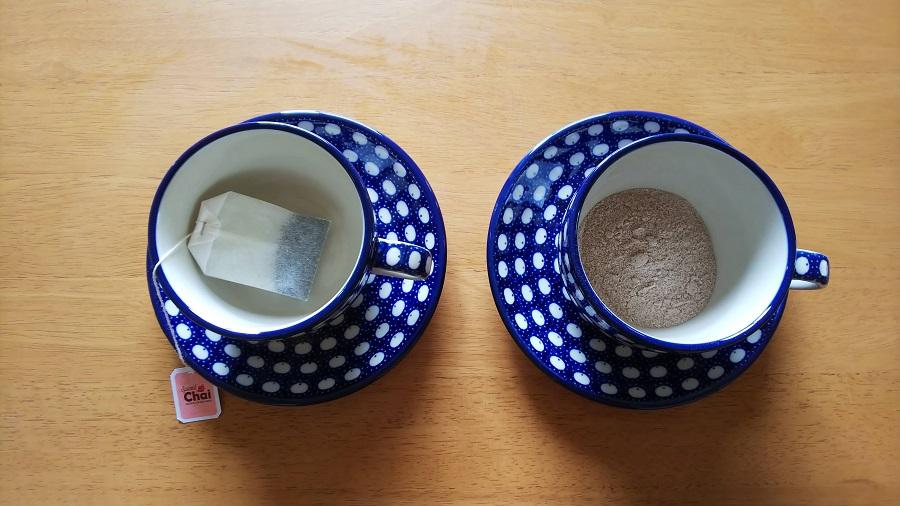 スパイスチャイとインスタントチャイをカップに入れお湯を注ぐ前の画像