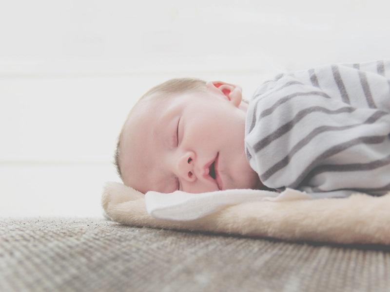 スヤスヤと眠る赤ちゃんの写真