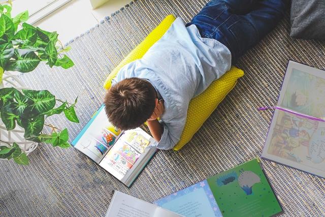 漫画を読む男の子の写真