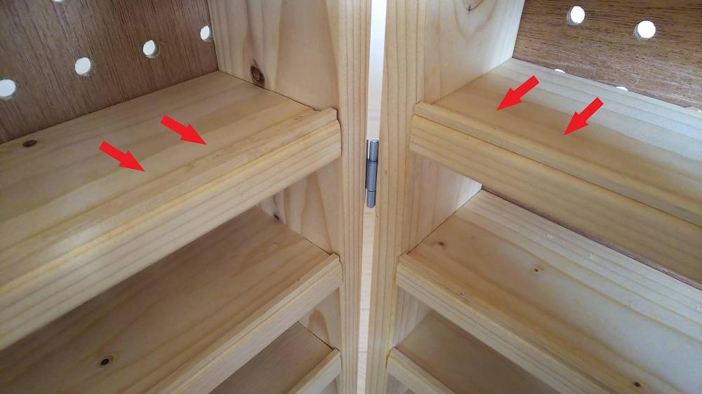 トミカ収納棚 棚板のストッパーとなる角材のアップの写真