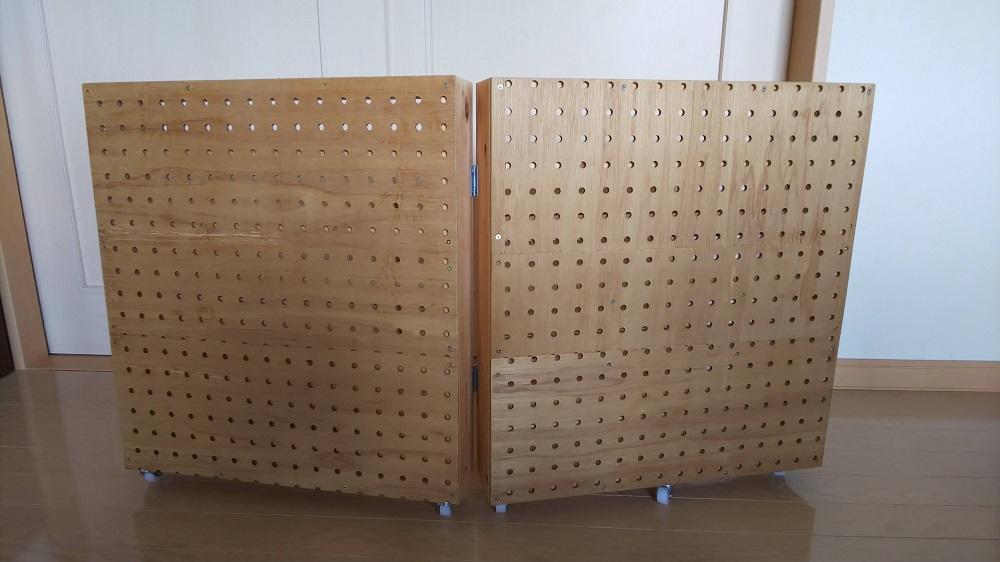トミカ収納棚の側面に有孔ボードを貼っている写真