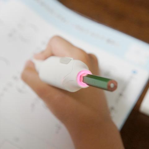 しゅくだいやる気ペンの持ちてがピンクに光っている写真