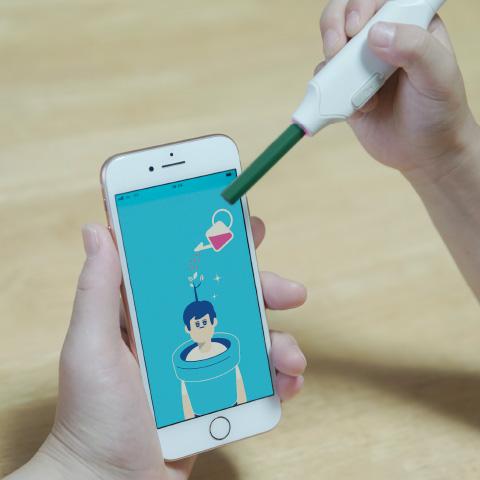 しゅくだいやる気ペンをアプリにかざしてパワーをためている写真