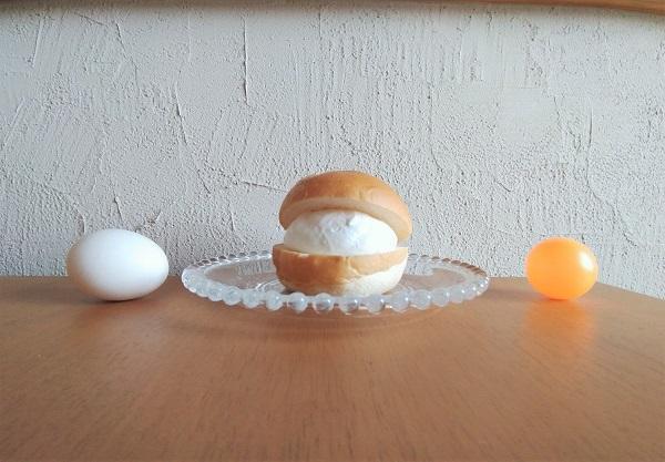 カルディのマリトッツォと玉子、ピンポン玉を横から比較した写真