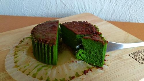 ローソン バスチー「バスク風抹茶チーズケーキ」をフォークでカットした写真