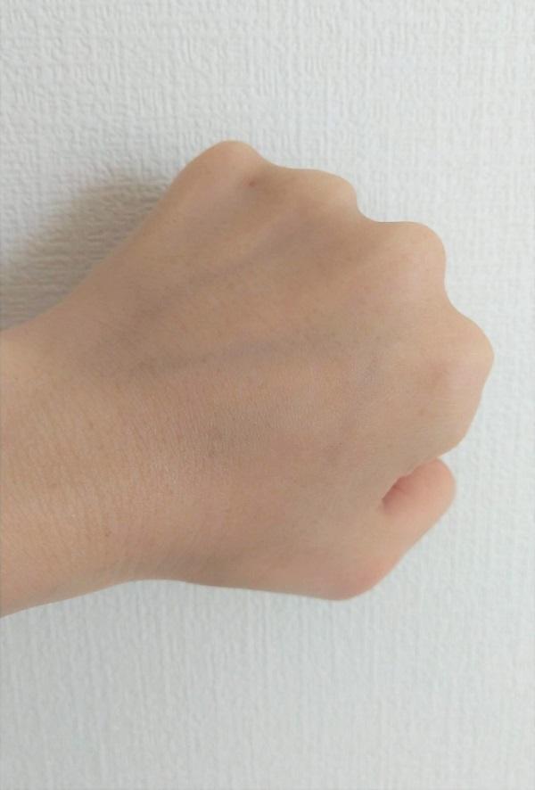 ネクターブラン クレンジングオイルを使用して手の甲のメイクを落とし、洗い流した後の写真