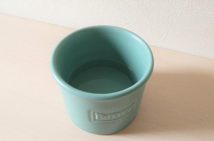 バターベルの容器に水を入れた写真